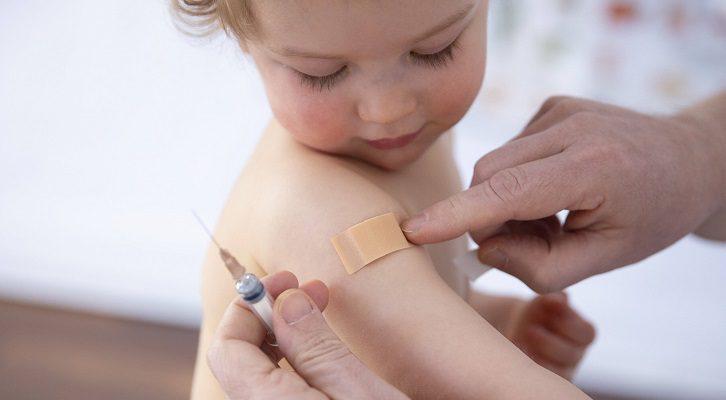 impf-fanatiker:-presse-journalistin-laesst-2-jaehrige-tochter-impfen!