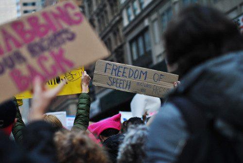protest-mit-herz-vor-dem-altersheim