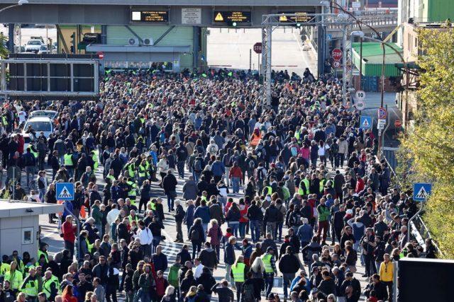 italienische-polizei-setzt-wasserwerfer-gegen-demonstrierende-hafenarbeiter-ein