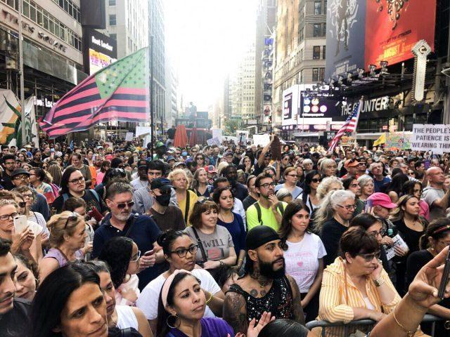 times-square,-new-york:-fuer-die-freiheit-auf-die-strasse